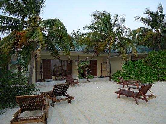 Eriyadu Island Resort:                   Bungalow 112 bzw. 113 vom Meer her gesehen