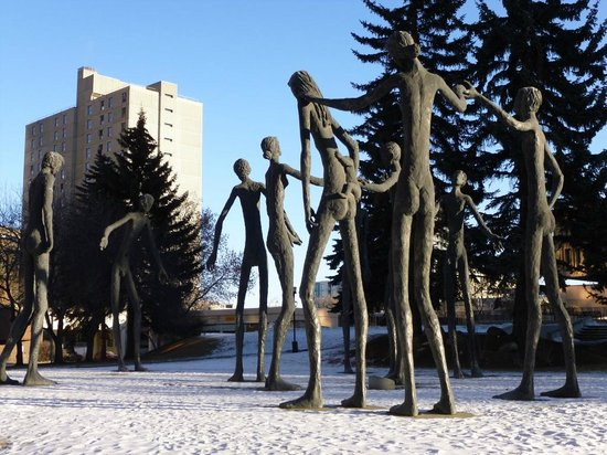 Delta Hotels by Marriott Calgary Downtown: Statues in the park close to hotel