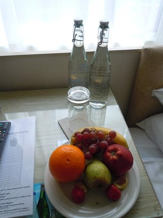 Cobo Bay Hotel: welcome water and fruit
