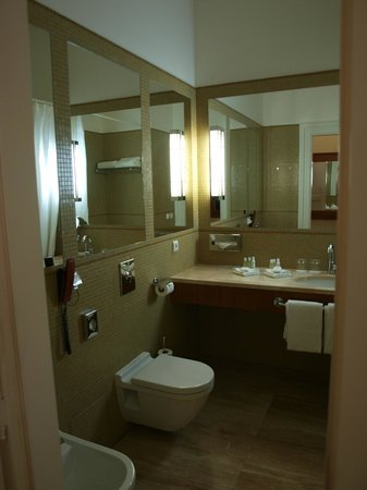 Ventana Hotel Prague: Spacious Bathroom
