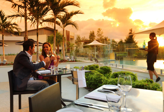 RACV Noosa Resort: Arcuri restaurant - Alfresco dining under the sunset