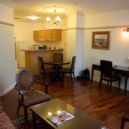 Royal Albert Hotel: 1 bdrm suite - kitchen