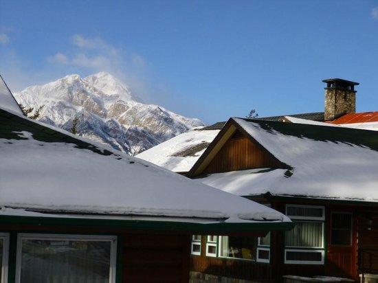 Fairmont Jasper Park Lodge: Cabins and mountains