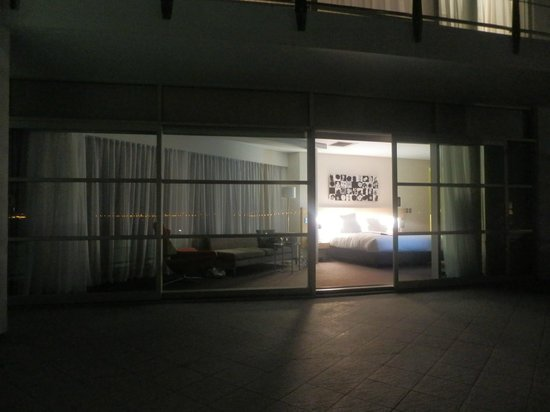 Hilton Auckland: Outside looking in at night