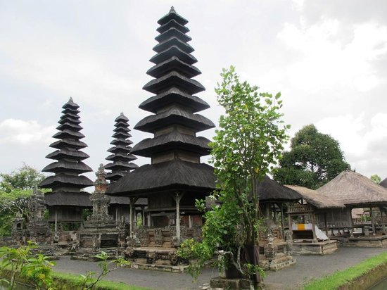 Nusa Dua, Indonezja: Ijok towers represented 3 mountains in Bali