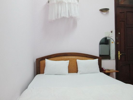 Thanh Huong Hotel :                   Small double-bedded