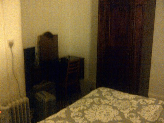 Hyde Park Rooms Hotel : Very old furniture!