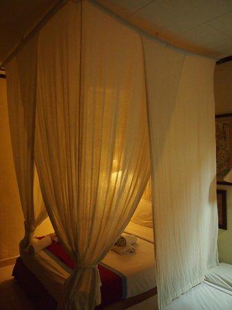 Laghawa Beach Inn:                   天蓋付きのベッド