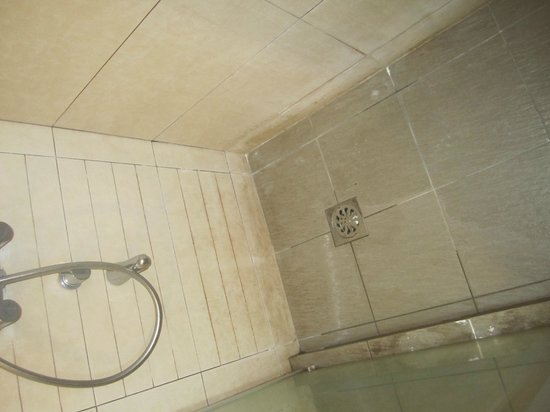 Likas Square Apartment Hotel:                   Shower