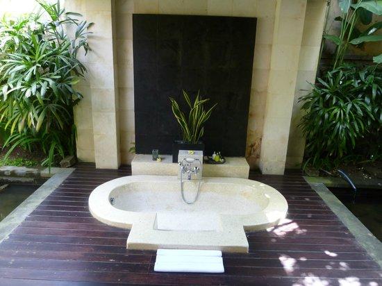 The Ubud Village Resort & Spa: Baignoire extérieure