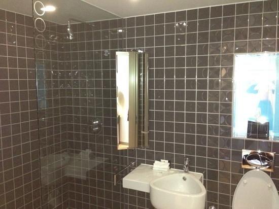 Clayton Hotel Chiswick:                   shower