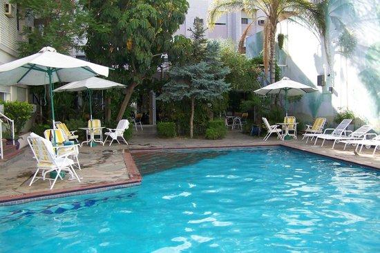 هوتل نوتيبارا: tranqila y placentera piscina