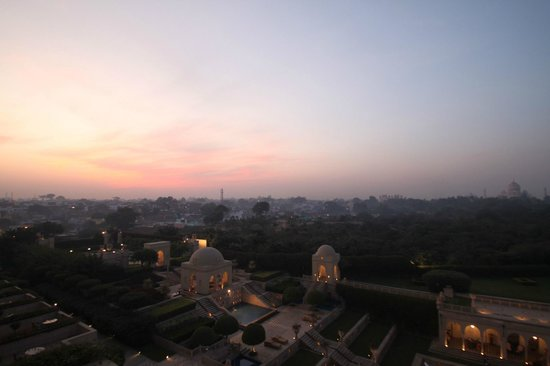ดิ โอเบรอย อมาวิลาส:                   Incredible sunset over the grounds with the backdrop of the Taj