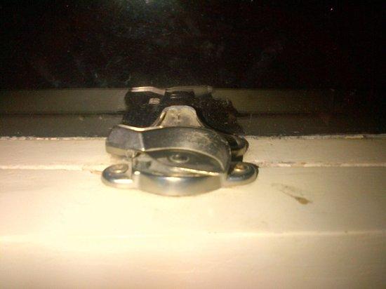 Cadillac Hotel: Chiusura rotta della finestra - stanza 216