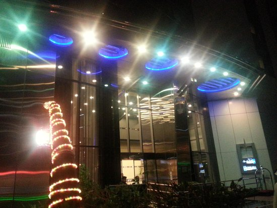 Al Salam Hotel Suites: hotel at night