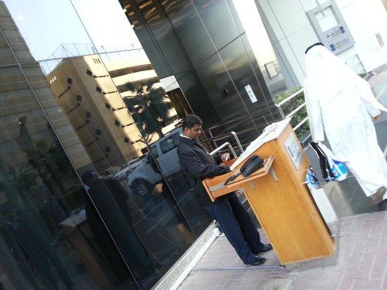 Al Salam Hotel Suites: valet parking