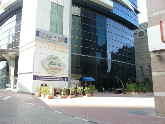 Al Salam Hotel Suites: coffe shope out of hotel (shesha)