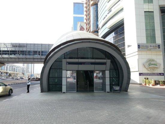 Al Salam Hotel Suites: metro in front hotel