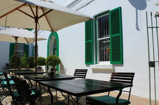 AfricanHome Guesthouse:                   Ein sonniger Platz für´s Frühstück
