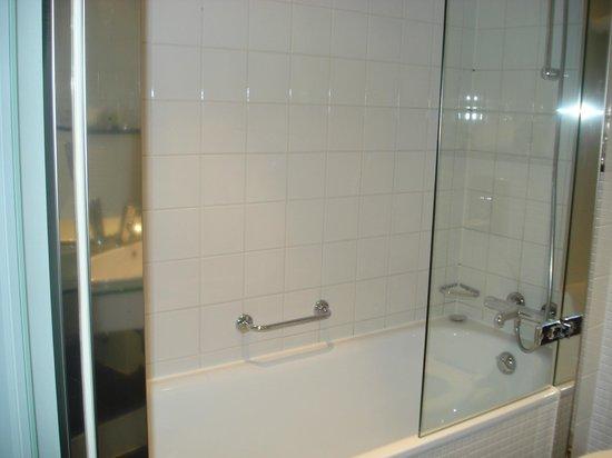 Copenhagen Island Hotel :                   Salle de bain - Baignoire