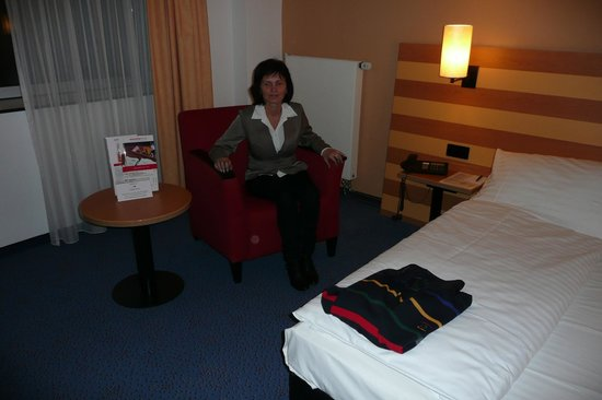 IntercityHotel Frankfurt Airport: Hotel room and double bed