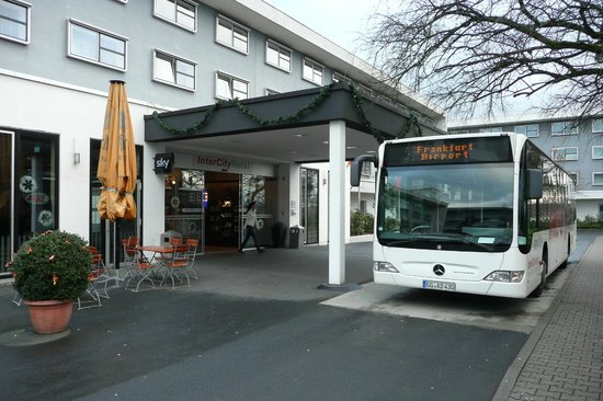 InterCityHotel Frankfurt Airport: Shuttle Bus stops at the hotel main entrance