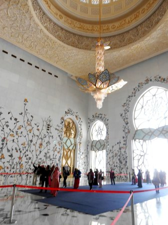Sheikh Zayed Grand Mosque Center: the entrance interior
