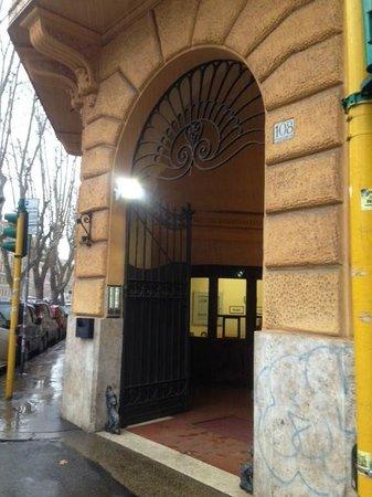 B&B Roma Ottaviano:                   アパートの入口