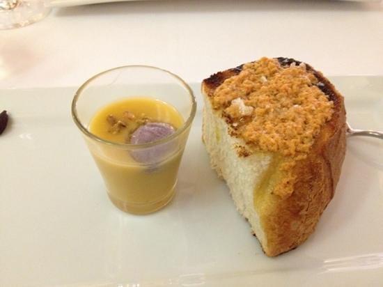El Trasgo:                   aperitivo cortesia de la casa, crema de calabaza con ravioli de aceituna negra