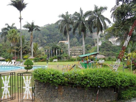 Hotel Suisse:                   дестская площадка у бассейна