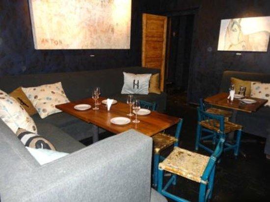 Hand of God Wines Tasting & Restaurant:                   Innen