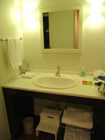 Hotel Universal Port: Basin/Make-up area.