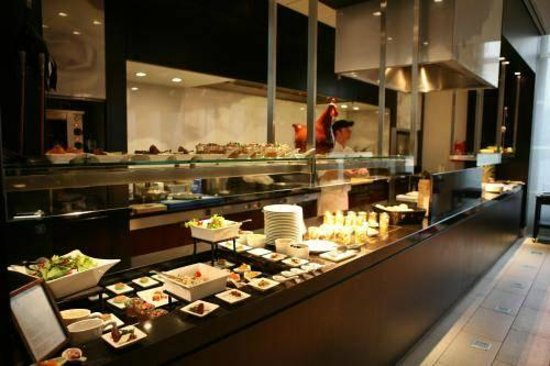 bar fifty nine im InterContinental Dusseldorf:                   Bancone cibi caldi