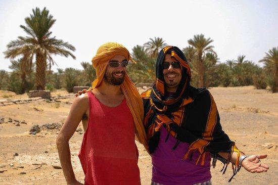 Kasbah Azalay Merzouga:                   Hamid y mi colega de viaje en el entorno de la Kasbah