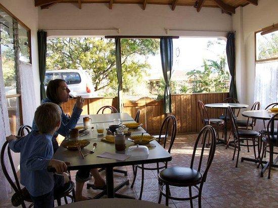 Hotel Berna Tica:                   Der Speisesaal wo man sich trifft.