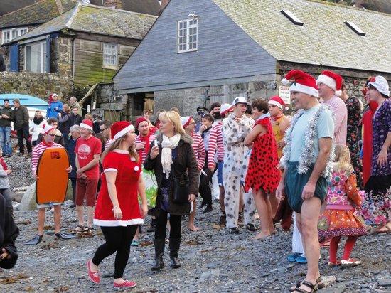 Cadgwith Cove Inn Restaurant:                   Christmas Swim in Karnevalskostümen am Hafen von Cadgwith