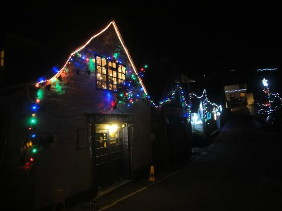 Cadgwith Cove Inn Restaurant:                   Weihnachtsbeleuchtung in der Strasse des Cadgwith Cove Inn