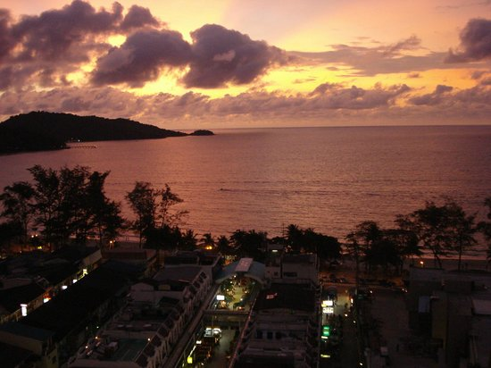 Patong Tower Holiday Rentals:                   vue balcon soir