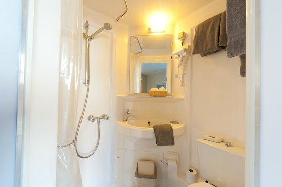 Canalview Hotel Ter Reien : compcte badkamer comfort kamer / kamer met kanaalzicht