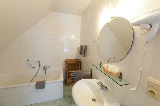 Canalview Hotel Ter Reien: badkamer met bad