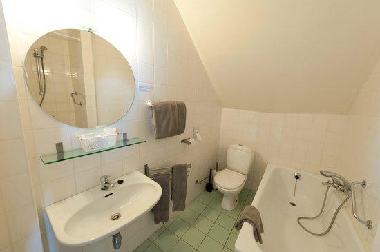 Canalview Hotel Ter Reien: badkamer van driepersoonskmaer met kanaalzicht