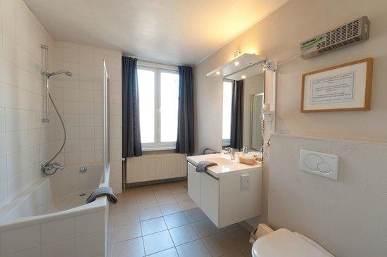Canalview Hotel Ter Reien: badkamer kamer met koerzicht