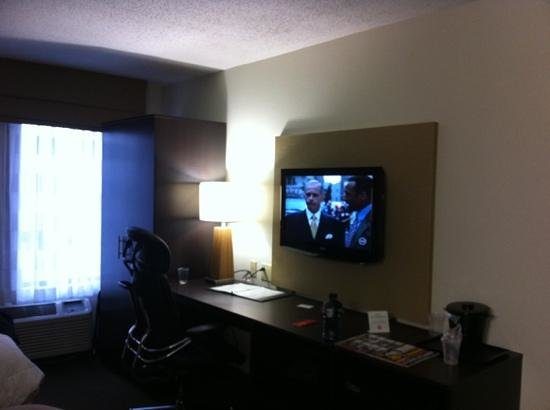 Sleep Inn Tinley Park: television and desk area