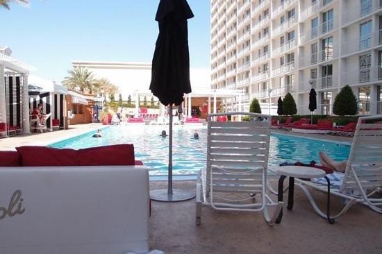 Harrah's Las Vegas:                   The pool and pool bars.