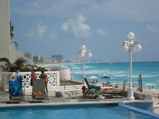 Apartamentos Cancun Plaza:                   View of the pool from restaurant