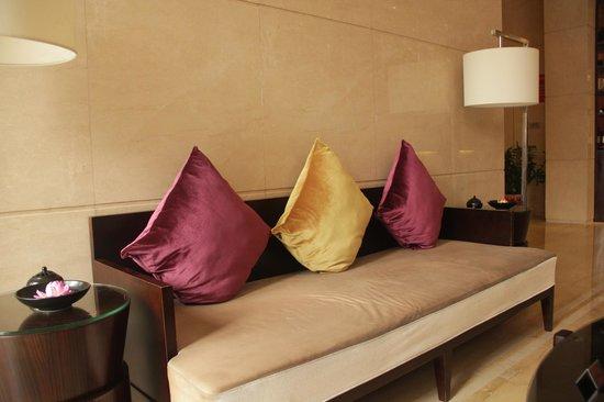 Kingdo Hotel: Sofa at lift lobby