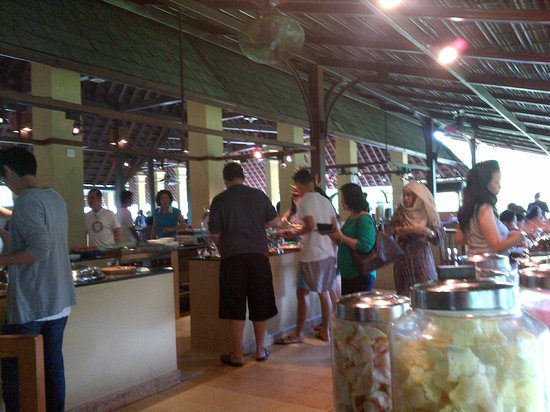 Hotel Novotel Bogor Golf Resort and Convention Center: Full packed for breakfast