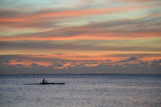 Moorea Fare Miti : coucher de soleil et vaa'a sur la plage du fare miti
