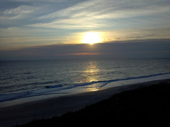 DoubleTree Suites by Hilton Melbourne Beach Oceanfront:                                     Sunrise - beautiful view from Balcony