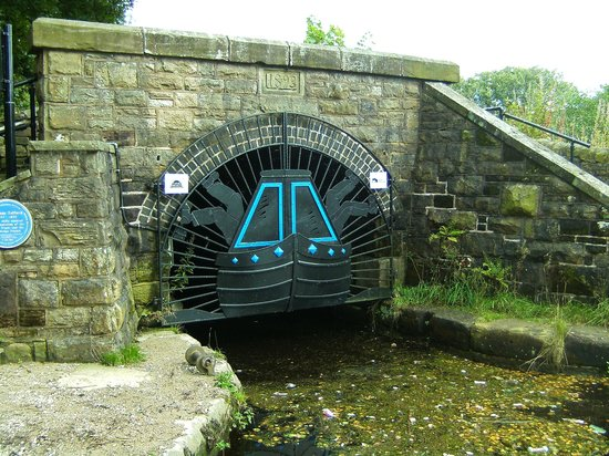 """Standedge Tunnel & Visitor Centre: Diggle side showing how to """"Leg the Barges"""""""